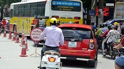 Phớt lờ lệnh cấm, nhiều ô tô vẫn đi vào tuyến phố huyết mạch