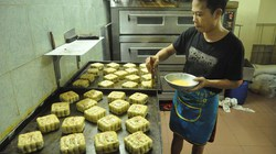 Xem Bảo Phương làm bánh Trung thu khiến người mua đội mưa xếp hàng