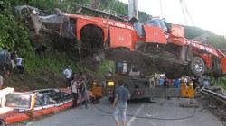 Hoàn tất việc cẩu kéo xe lao xuống vực ở Lào Cai
