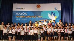 Hàng trăm suất học bổng của Bảo Việt Nhân thọ đến với trẻ em nghèo tại Bến Tre - Điện Biên nhân dịp khai trường