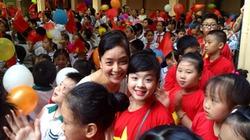 """Sao Việt vui vẻ """"tự sướng"""" cùng con trong lễ khai giảng năm học mới"""
