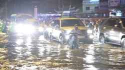 Đường Sài Gòn biến thành sông, giao thông rối loạn