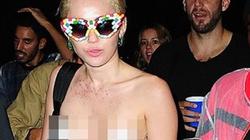 Miley Cyrus gây sốc khi dạo phố với vỏn vẹn một miếng dán ngực