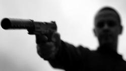 Gí súng đe dọa, nam thanh niên bị chém gần lìa tay