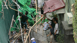 Hoảng hồn vì giàn giáo từ công trình 11 tầng rơi trúng nhà dân