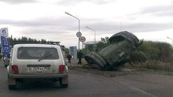 KHÓ TIN: Xe tăng T-72 Nga rơi, nằm ngửa bụng trên phố