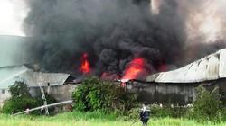 Chùm ảnh: Lửa trùm kín xưởng sản xuất đế dép sau tiếng nổ lớn