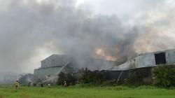 TP.HCM: Cháy lớn thiêu rụi công ty sản xuất nguyên liệu làm giày dép