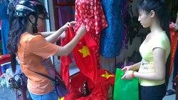 """Phố cờ, áo, băng rôn """"cháy hàng"""" vì U19 Việt Nam"""