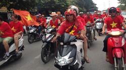 Đường phố ngập sắc đỏ cổ động viên diễu hành cổ vũ U19 VN trước trận chung kết