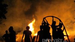 Đám cháy phủ hàng ngàn mét vuông, bốc cao hàng chục mét giữa nội thành Tuy Hòa