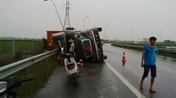 Vào cua nhanh, xe container lật nhào trên cao tốc Pháp Vân