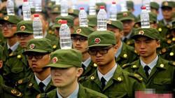 Sinh viên Trung Quốc tập quân sự như thi hoa hậu bị chê cười