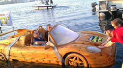 Ngỡ ngàng chiếc thuyền hình siêu xe Ferrari chạy trên mặt nước