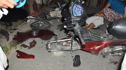 """2 xe máy """"kẹp ba"""" đấu đầu trong đêm, 4 người thiệt mạng"""