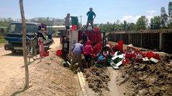 Bình Định: Xe tải chở bia bị lật, dân giúp tài xế gom hàng