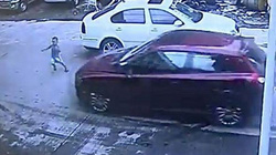 Bị ôtô tông thẳng vào người, cậu bé 3 tuổi sống sót kỳ diệu