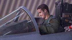 Ngắm chàng hoàng tử đẹp trai lái máy bay oanh kích phiến quân Hồi giáo