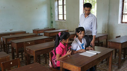 Vụ hơn 600 trẻ thất học: Cho con đi học, bị ném phân thối vào nhà