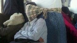 """Những kiểu ngủ """"chết cười"""" của hành khách đi tàu Trung Quốc"""