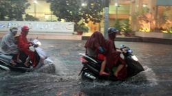 Người Sài Gòn vừa lội nước ngập vừa sợ sấm chớp