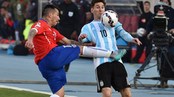 Clip: Tiền vệ Chile dùng kungfu triệt hạ Messi