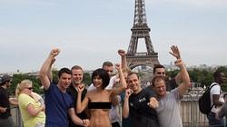 Vô tư khoả thân chụp hình gần tháp Eiffel, nữ nghệ sĩ bị bắt