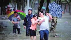 """Siêu bão đổ bộ vào Trung Quốc, phố """"biến thành sông"""""""
