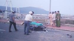 Đà Nẵng: Ô tô tông xe máy, 3 người văng khỏi cầu Thuận Phước