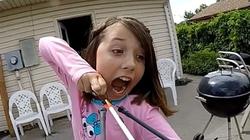 Clip bé gái nhổ răng bằng...cung tên