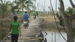 Cầu gỗ xuống cấp thành bẫy người dân