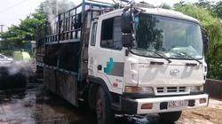 Xe tải chở chất thải bốc cháy, lái xe đạp cửa thoát thân