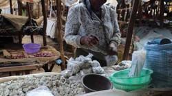 """Thai phụ Kenya """"nghiện"""" ăn đá để thỏa cơn nghén"""