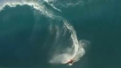 Kinh hãi xem con sóng cao 5m nuốt chửng VĐV lướt ván
