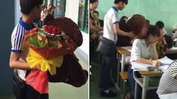 Chàng trai mang hoa, gấu bông đến tận lớp cô gái tỏ tình