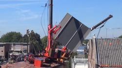 Video: Cần cẩu khổng lồ gục ngã, đè sập nhà dân