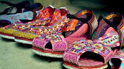Độc đáo đôi giày thêu thủ công của phụ nữ Xạ Phang