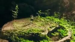 Chàng trai say sưa kéo violin giữa núi rừng Quảng Bình
