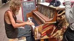 """""""Thánh piano"""" vô gia cư gây sốt dân mạng"""
