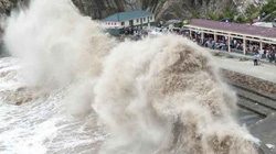 Siêu bão mạnh nhất 2015 càn quét Đài Loan, cuốn bé gái ra biển