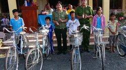Học sinh nghèo An Giang nhận quà tặng, xe đạp