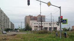 Thành phố Nga dựng cột đèn giao thông giữa... bãi đất hoang