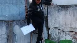 Trèo thang cao 3m vào nhà vì hàng xóm bịt lối đi