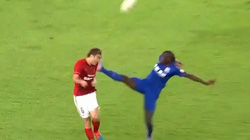 "Clip: Cựu sao Chelsea tung ""kung-fu"", hạ gục 1 cầu thủ Trung Quốc"