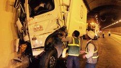 Xe tải đâm vào thành hầm Hải Vân, 2 người thương vong