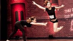 Video: Cặp chị em song sinh khoe bước nhảy điêu luyện