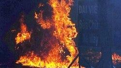 2 xe máy bỗng dưng bốc cháy như đuốc trong tiệm sửa xe