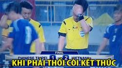 """ẢNH CHẾ: Trọng tài Hàn Quốc """"khóc ròng"""" vì không thể giúp Đài Loan thủ hòa Việt Nam"""