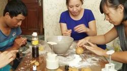 Các bà nội trợ rủ nhau đi học làm bánh trung thu