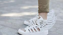 Chẳng gì hơn một đôi giày trắng!
